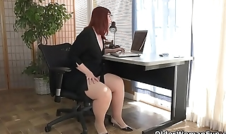 American milf Scarlett spreads her squall thighs